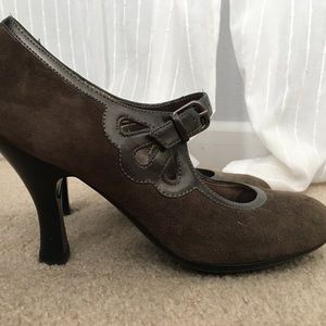 Olive suede pumps with patent cutouts size 8.5
